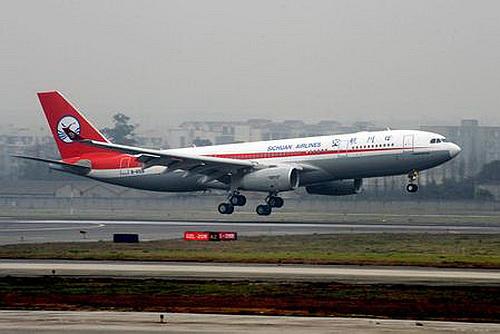 """成都至北京之间是一条双向飞行的航路,经常因空中""""错车""""而造成航班"""