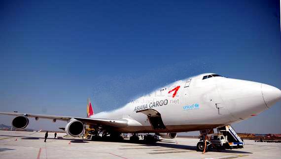 3月1日,韩亚航空OZ985货机顺利降落烟台蓬莱国际机场,标志着韩亚航空烟台货运集散物流中心正式运营。这是烟台国际机场在韩国仁川航空开通每周11班波音B737全货机后,又一家韩国航空公司大规模执飞烟台至首尔货机。烟台成为韩亚航空继上海、重庆等地之后在中国的第五家货运集散物流中心。此航线由波音767F和波音747F机型执飞,每周执行五班,其中B767F机型最多可装载50吨货物,每周三、四、六各执飞一次,B747F机型最多可装载100吨货物,每周二、五各执飞一次。   韩亚航空烟台-首尔国际货运航班,将