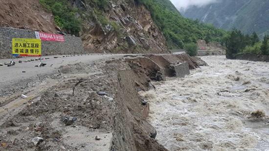 暴雨致四川阿坝4条国省道干线局部路段交通中断