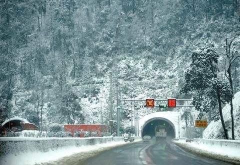 雅西高速泥巴山段降雪双向交通管制