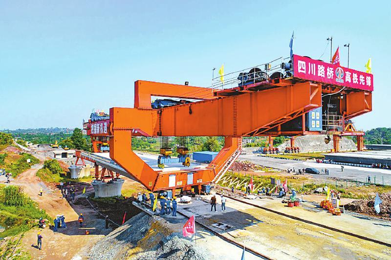 川南城际铁路泸州段首榀箱梁架设成功