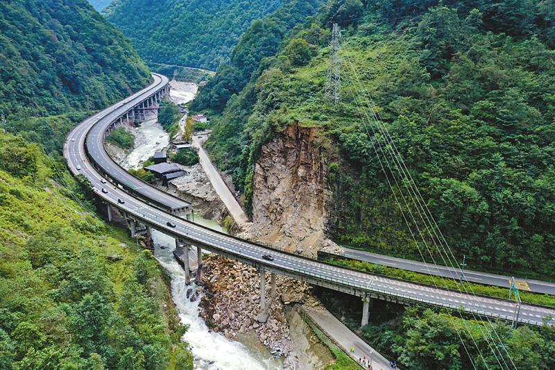 雅安石棉突发山体垮塌 前往西昌方向请绕行